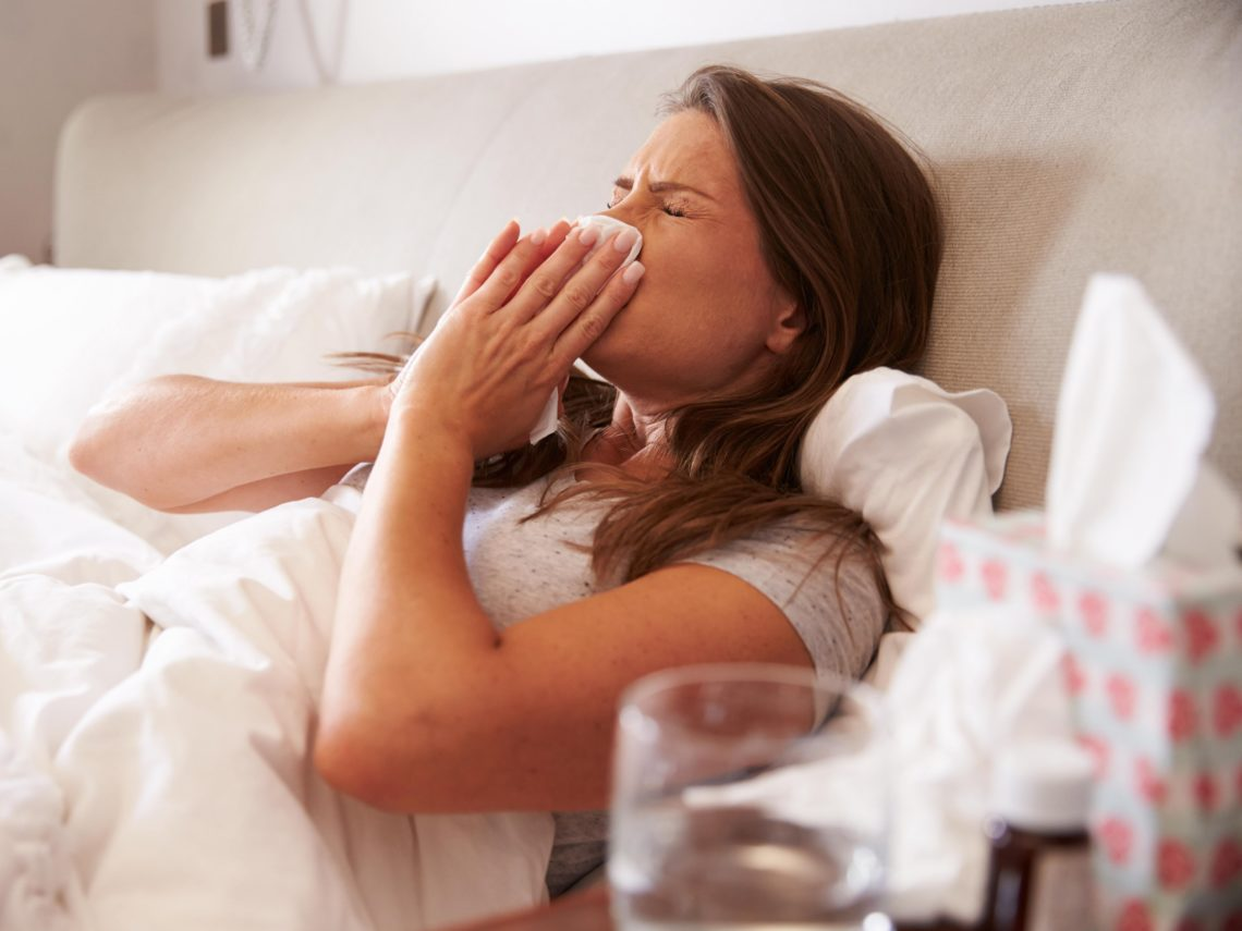 Как лечить насморк и температуру при кормлении